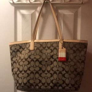 Beautiful COACH Bag In Great Condition.